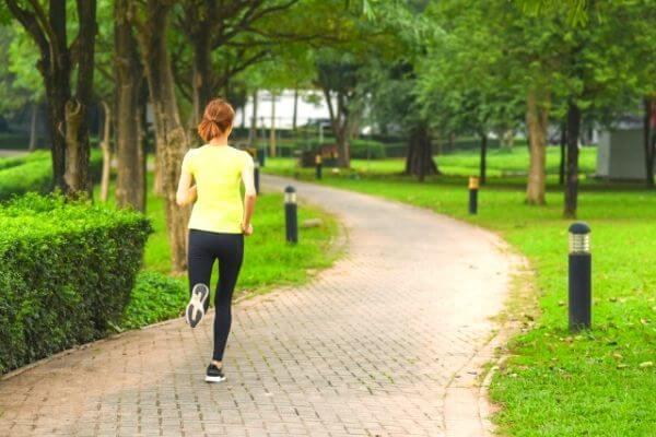 公園でジョギングする女性